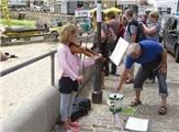 10岁女孩街头拉小提琴8个月,筹款3万英镑
