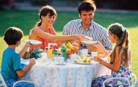 """【微信展播台】美国孩子的餐桌教育:比""""吃饱""""更重要的是...."""
