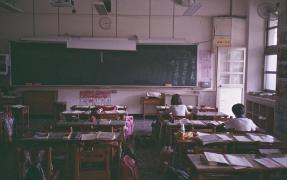 【中译日】她暗恋他很久。某天,他在教室只有他们两个人的时候